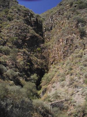Steilwände am Mittelteil des Weges