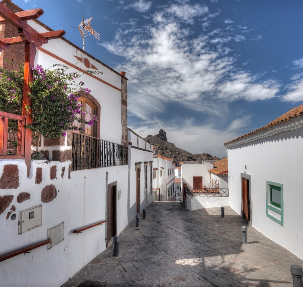 Schöne Gasse in Tejeda mit typisch kanarischen Häusern, Gran Canaria Zentrum.