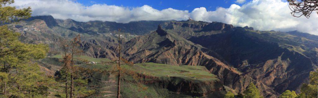 Blick ins Zentrum von Gran Canaria mit der Hochfläche von Acusa und dahinter der Roque Bentaiga und Roque Nublo vom Wanderweg zum Altavista gesehen