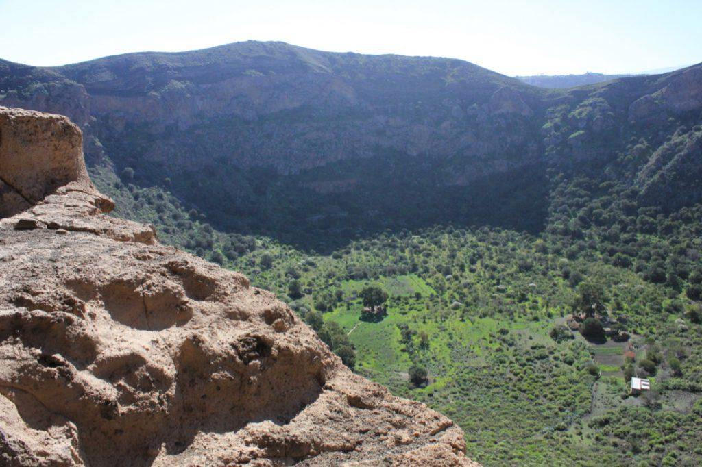 Aussichtspunkt oberhalb des Bandama Kraters mit Blick in den grünen Kratergrund