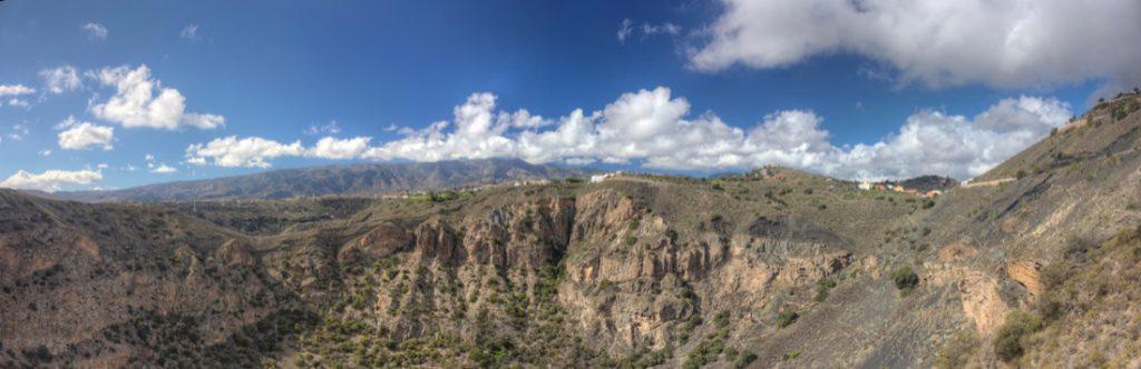 Panoramabild der Felswände der Westseite des Bandamakraters