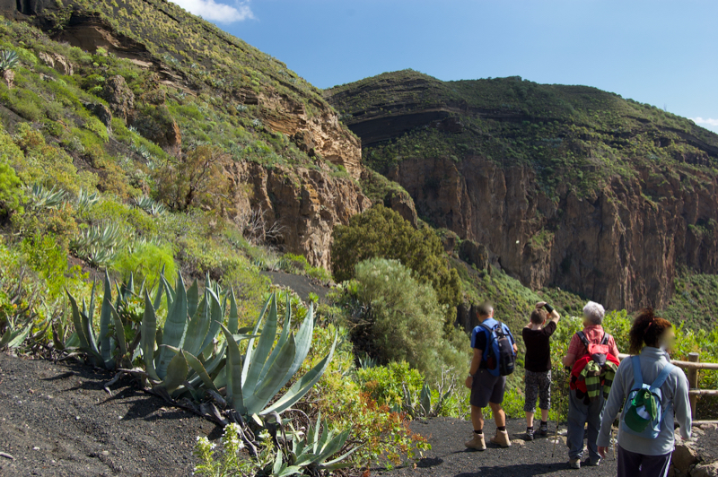 Wandergruppe bergab zum Bandamakrater
