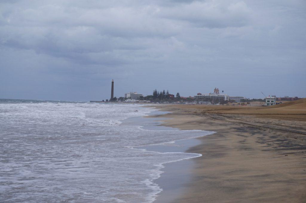 Strand von Maspaloms mit Leutturm bei schlechtem Wetter.
