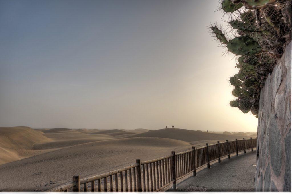 Promenade von Playa del Ingles mit Dünen von Maspaloms in Abendstimmung.