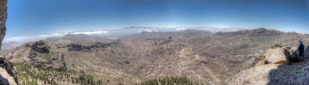 Blick vom Roque Nublo nach Westen mit dem Roque Bentaiga und Teneriffa im Hintergrund.