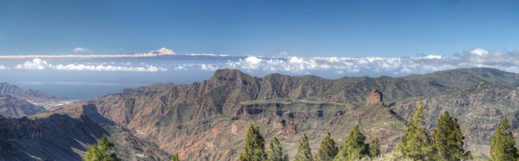 Blick vom Zentrum von Gran Canaria nach Westen, vorbei am Altavista zum schneebedeckten Teide auf Teneriffa